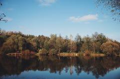 Vista de la orilla del otoño cerca del río Foto de archivo
