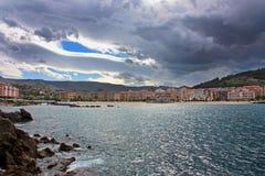 Vista de la orilla de mar en día lluvioso fotos de archivo libres de regalías
