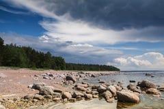 Vista de la orilla rocosa antes de la tormenta Fotografía de archivo libre de regalías