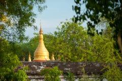 Vista de la pagoda de oro de Kuthodaw en Mandalay imagenes de archivo