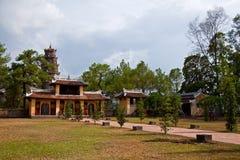 Vista de la pagoda de Thien MU del patio Foto de archivo libre de regalías
