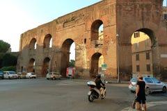 Vista de la pared antigua en la madrugada Ventanas viejas hermosas en Roma (Italia) Imagen de archivo libre de regalías