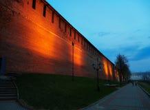 Vista de la pared de Nizhny Novgorod el Kremlin en la noche Imágenes de archivo libres de regalías