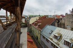 Vista de la pared defensiva vieja en fortalecimientos perfectamente preservados cerca de la calle de Rannamae Imagen de archivo libre de regalías