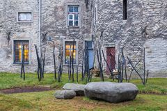 Vista de la pared defensiva vieja en fortalecimientos perfectamente preservados en Tallinn Imagen de archivo libre de regalías