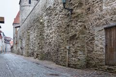 Vista de la pared defensiva vieja en fortalecimientos perfectamente preservados en Tallinn Imagenes de archivo
