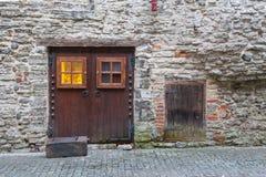 Vista de la pared defensiva vieja en fortalecimientos perfectamente preservados en Tallinn Imagen de archivo