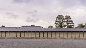Vista de la pared de perímetro del palacio imperial de Kyoto, Japón foto de archivo