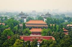 Vista de la Pekín brumosa del parque de Beihai Foto de archivo libre de regalías