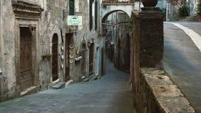 Vista de la pequeña calle en el Sorano, Italia almacen de metraje de vídeo