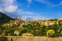 Vista de la pequeña ciudad acogedora de Valdemossa de la plataforma de observación en un día de verano imagen de archivo libre de regalías