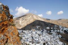Vista de la pequeña ciudad con las montañas Fotografía de archivo libre de regalías