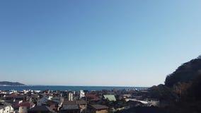 Vista de la pequeña ciudad japonesa de Kamakura por la bahía almacen de video