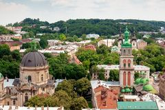 Vista de la pequeña ciudad vieja Lviv Fotos de archivo libres de regalías