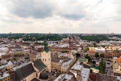 Vista de la pequeña ciudad vieja Lviv Imagen de archivo libre de regalías
