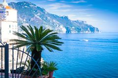Vista de la pequeña palmera en la costa de Amalfi del fondo del pueblo de Atrani en Italia imagen de archivo