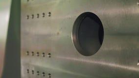 Vista de la pieza trasera de la máquina termoplástica almacen de metraje de vídeo