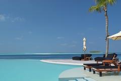 Vista de la piscina del inifinity en Maldivas Fotos de archivo libres de regalías
