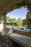 Vista de la piscina a través de la ventana del patio Foto de archivo