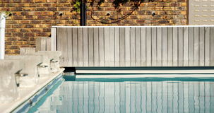 Vista de la piscina vacía metrajes