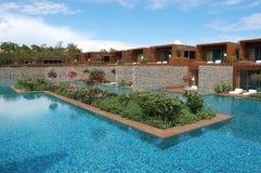 Vista de la piscina y de las flores en hotel de lujo en Turquía Foto de archivo