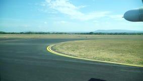 Vista de la pista de aterrizaje de la ventana plana metrajes