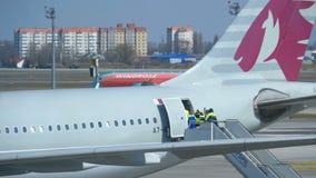 Vista de la pista del aeropuerto con los aviones y el personal de apoyo metrajes