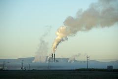 Vista de la planta de tratamiento del azúcar detrás de la niebla Fotos de archivo libres de regalías