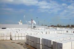 Vista de la planta de fábrica produciendo el hormigón aireado esterilizado fotos de archivo libres de regalías