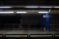 Vista de la plataforma vacía del tren en la noche imagenes de archivo