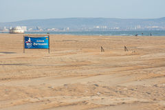 Vista de la playa arenosa central del pueblo de playa de Vityazevo, en el fondo la ciudad Foto de archivo