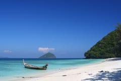 Vista de la playa blanca de la arena Fotografía de archivo libre de regalías