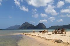 Vista de la playa con un restaurante, en el fondo de la isla, el mar Imagen de archivo