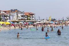 Vista de la playa de Katerini en Grecia La gente goza de fresco Imágenes de archivo libres de regalías