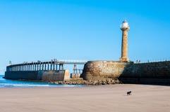 Vista de la playa de Whitby en un día soleado del otoño Foto de archivo libre de regalías