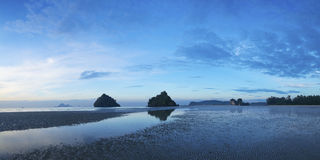 Vista de la playa del Ao Nang en el amanecer Fotos de archivo
