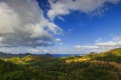 Vista de la playa del belanak del selong del alto con el cielo azul y el mar azul imagen de archivo