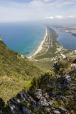 Vista de la playa, del lago y del mar claro del soporte Circeo Imágenes de archivo libres de regalías