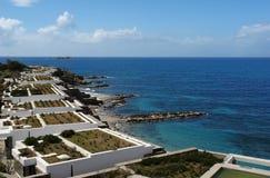 Vista de la playa, del mar azul y del hotel de lujo de los chalets modernos en GR Fotografía de archivo libre de regalías