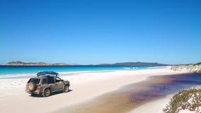 Vista de la playa en Fraser Island con un coche imágenes de archivo libres de regalías