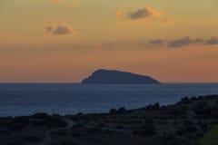 Vista de la playa en la isla de Creta en la puesta del sol Grecia Imagenes de archivo