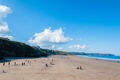 Vista de la playa en un día soleado del otoño, Reino Unido de Whitby Foto de archivo libre de regalías