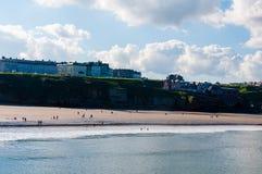 Vista de la playa en un día soleado del otoño, Reino Unido de Whitby Imagen de archivo libre de regalías