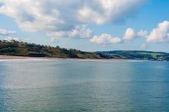 Vista de la playa en un día soleado del otoño, Reino Unido de Whitby Imágenes de archivo libres de regalías