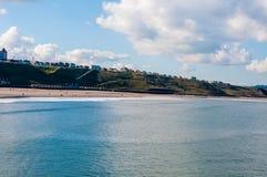 Vista de la playa en un día soleado del otoño, Reino Unido de Whitby Foto de archivo