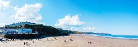 Vista de la playa en un día soleado del otoño, Reino Unido de Whitby Fotografía de archivo libre de regalías