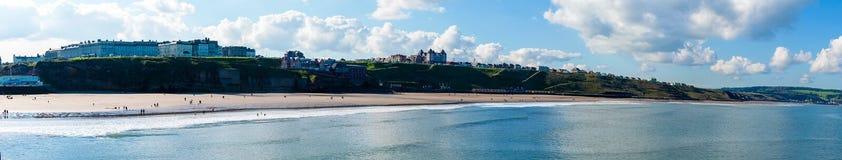 Vista de la playa en un día soleado del otoño, Reino Unido de Whitby Imagenes de archivo