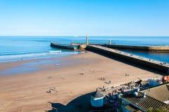 Vista de la playa en un día soleado del otoño, Reino Unido de Whitby Fotos de archivo libres de regalías