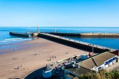 Vista de la playa en un día soleado del otoño, Reino Unido de Whitby Fotos de archivo