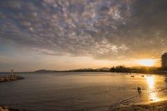 Vista de la playa de Khao Takiab en la puesta del sol en Prachuab Khirikhan, Th Imagenes de archivo